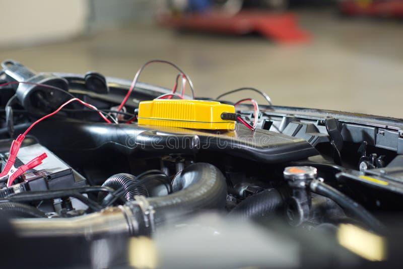 Pomiarowego woltażu samochodowa bateria obrazy royalty free