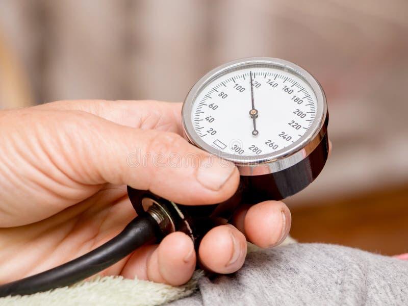 Pomiarowy arterialny ciśnienie krwi Normalna nacisk zdrowy zdjęcie royalty free
