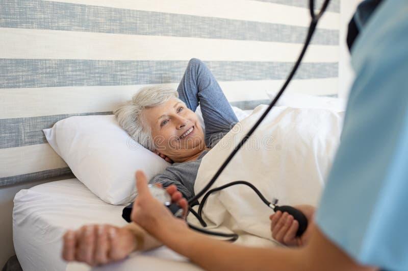 Pomiarowy cierpliwy ciśnienie krwi fotografia royalty free
