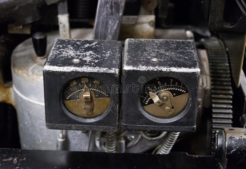 Pomiarowy instrument stara maszyna w fabryce obrazy royalty free