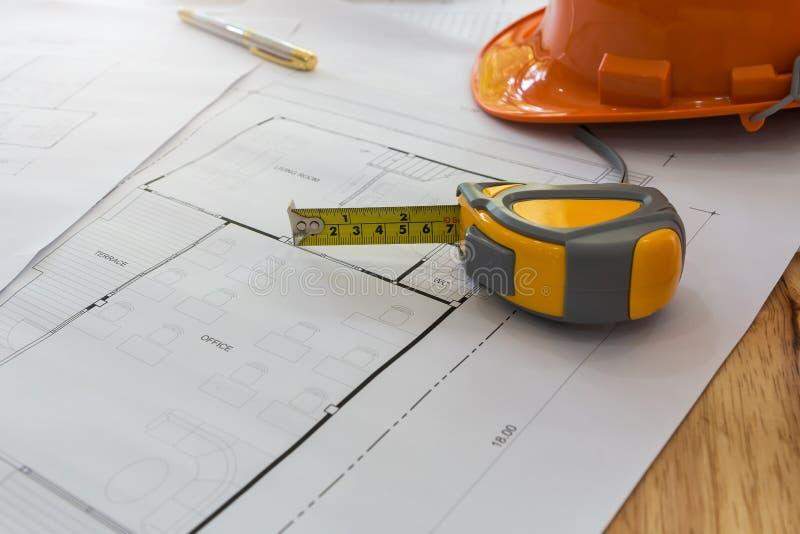 Pomiaru hełm na projekcie i narzędzie, architektoniczny pojęcie zdjęcie stock