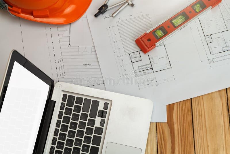Pomiaru narzędzie z hełmem i laptop na projekcie, architektoniczny pojęcie obraz royalty free