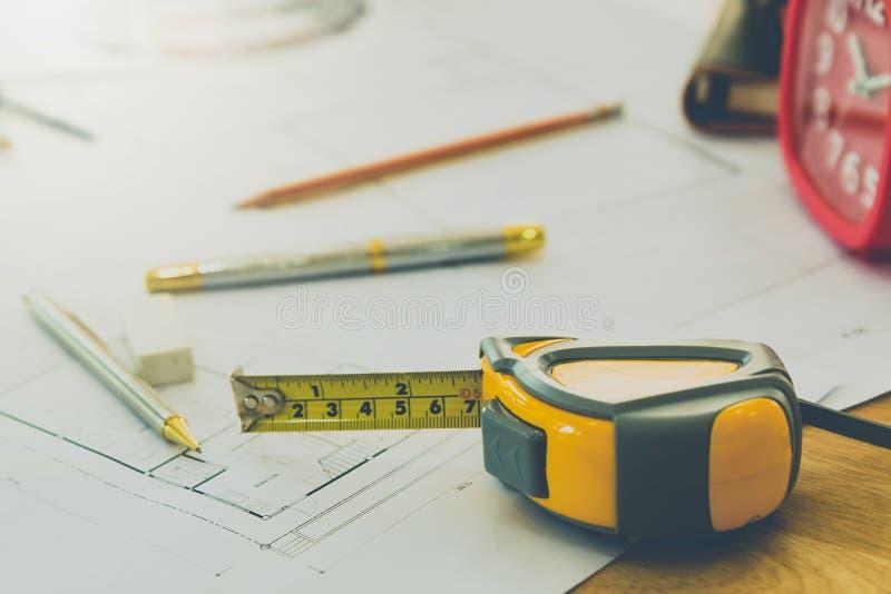 Pomiaru narzędzie z piórem i ołówek na projekcie, architektoniczny pojęcie obrazy royalty free