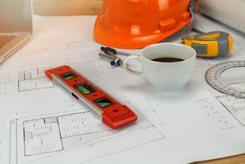 Pomiaru narz?dzie z he?mem i kawa na projekcie, architektoniczny poj?cie obraz stock