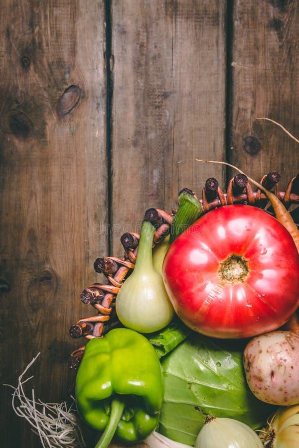 Pomidor, cebula, grula, pieprz, czosnek, marchewka i beetroot, Warzywa w koszu na drewnianym wieśniaka stole kosmos kopii Zdrowy zdjęcia stock