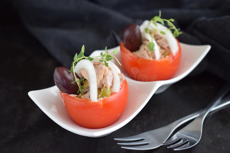 Pomidor faszerujący z tuńczyk cebulami i oliwkami zdjęcie royalty free