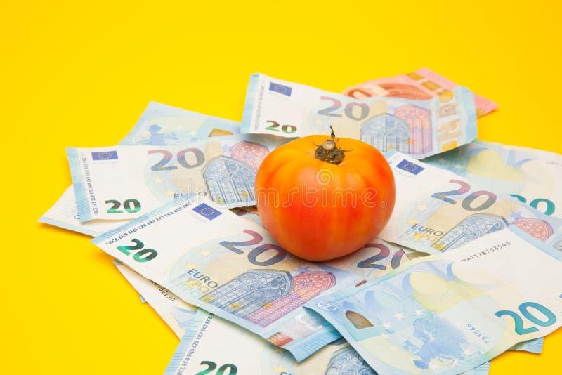 Pomidor i pieniądze, mnóstwo pieniędzy zdjęcia royalty free