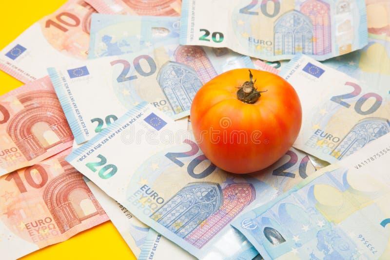 Pomidor i pieniądze, mnóstwo pieniędzy obrazy stock