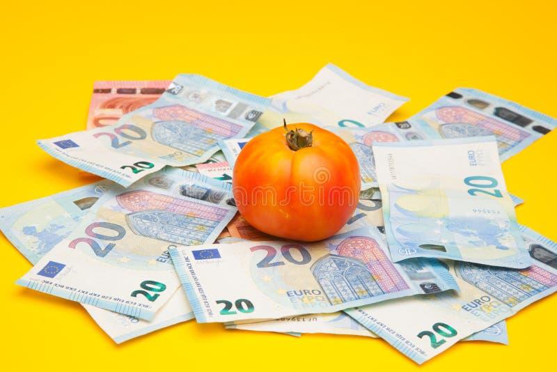 Pomidor i pieniądze, mnóstwo pieniędzy obrazy royalty free