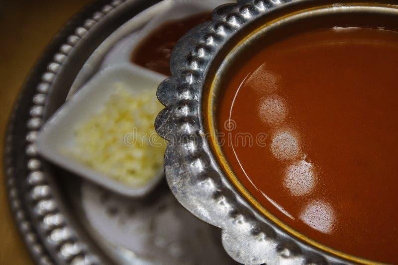 Pomidorowa kremowa polewka w stalowym talerzu na półmisku z garnirunkiem stalowy naczynie Fotografii zakończenie zdjęcie stock