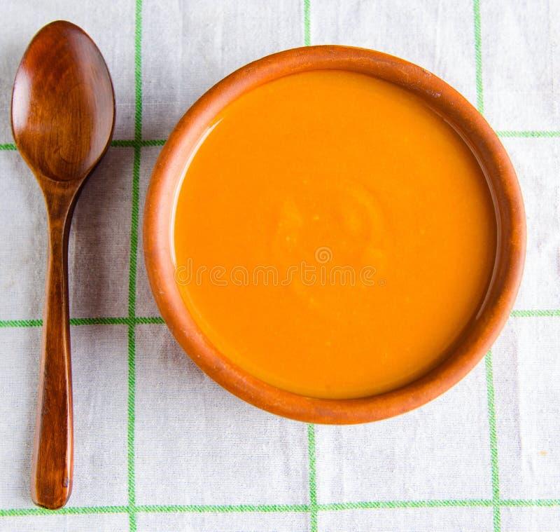 Pomidorowa polewka przygotowywaj?ca w tradycyjnym w?ocha stylu obraz royalty free