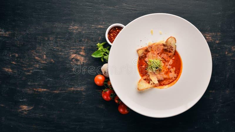Pomidorowa polewka z Parmezańskim serem i croutons chleb zdjęcia stock