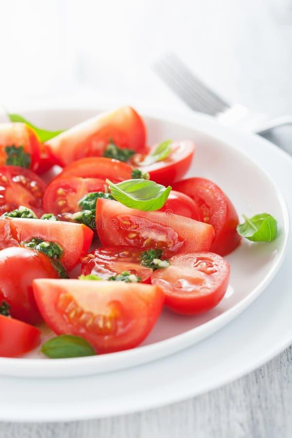 Pomidorowa sałatka z basilu opatrunkiem obraz stock