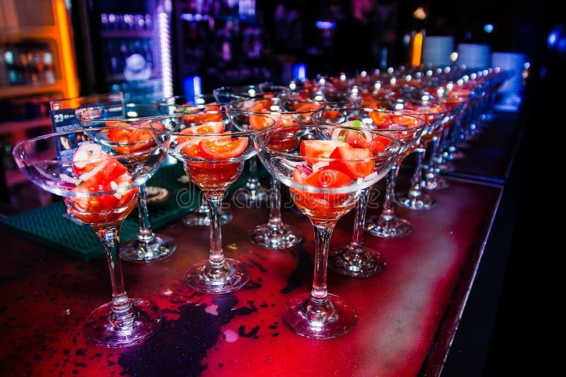 Pomidorowa zakąska w szkłach z rzędu zdjęcia royalty free