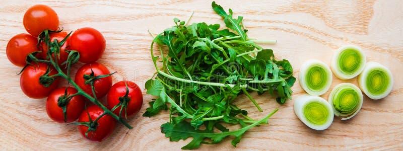 Pomidorowy arugula i leek na drewnianym stole zdjęcia royalty free