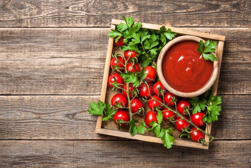 Pomidorowy kumberland, świezi pomidory i pietruszka na drewnianym stole, zdjęcie royalty free