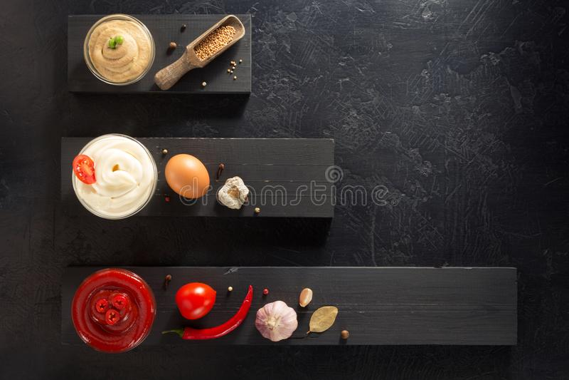 Pomidorowy kumberland, majonez i musztarda w pucharze, obrazy stock