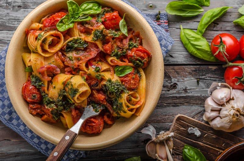 Pomidorowy makaronu basil zdjęcie royalty free
