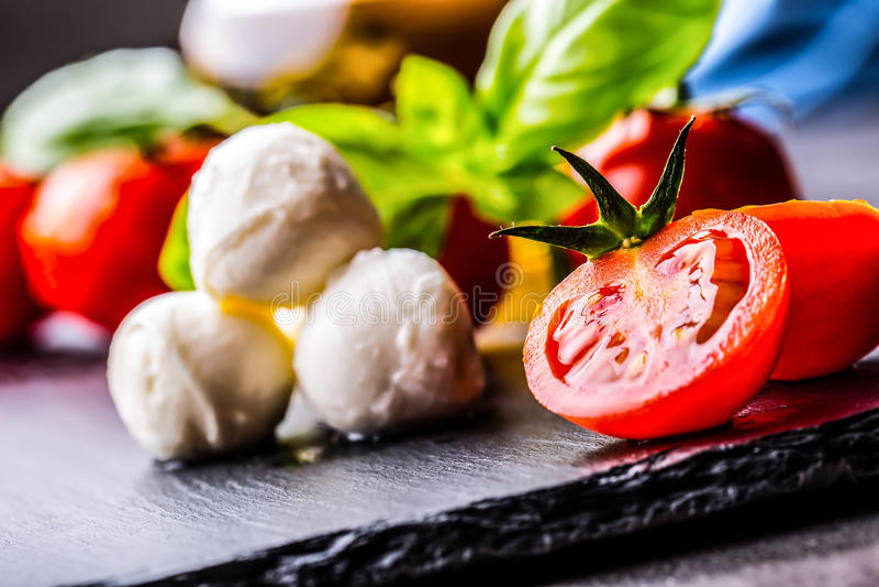 Pomidory Czereśniowi pomidory Koktajli/lów pomidory Świeża gronowa pomidor karafka z oliwa z oliwek na stole fotografia tonująca fotografia royalty free