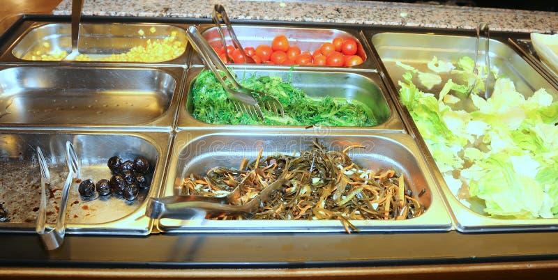 pomidory i sałata w szkolnej bakłaszce zdjęcia stock