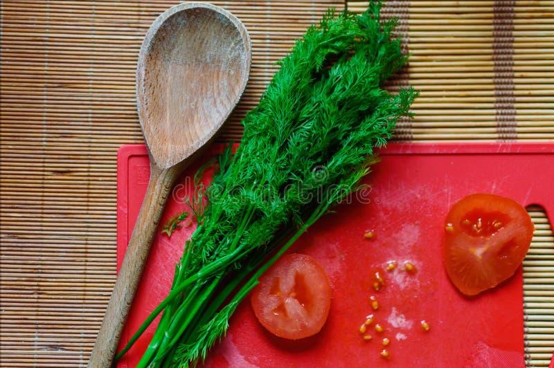 Pomidory, koper, spone, kuchnia - gotujący zdjęcia stock