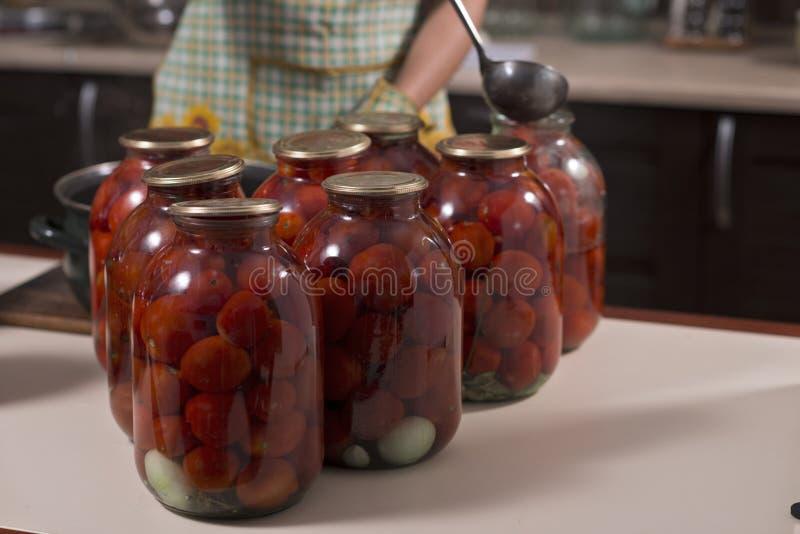 Pomidory przygotowywali dla konserwuje domów w szklanych słojach zdjęcia royalty free