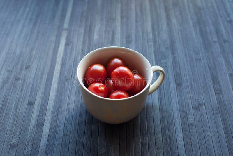 Pomidory w filiżance fotografia stock