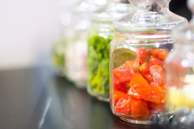 Pomidory w szklanym słoju, konserwacja pomidory, Selekcyjna ostrość zdjęcie stock