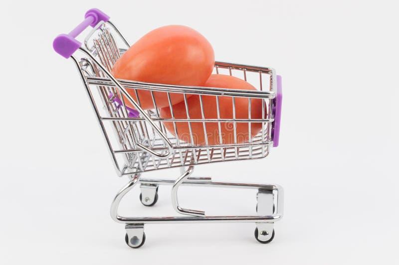 Pomidory w wózek na zakupy zdjęcie royalty free