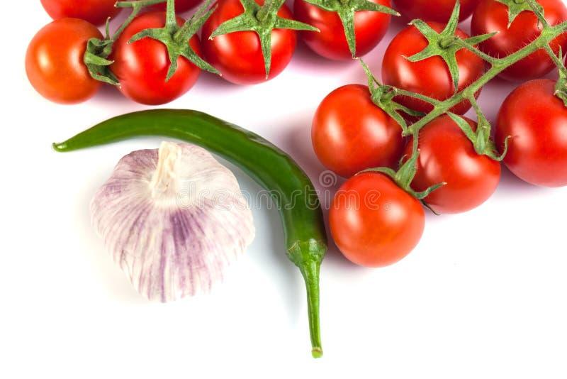 Pomidory, zieleni pieprze i inni warzywa na białym backgrou, zdjęcie stock