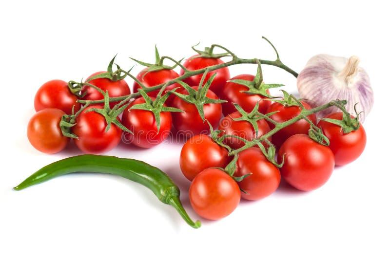 Pomidory, zieleni pieprze i inni warzywa na białym backgrou, zdjęcia stock