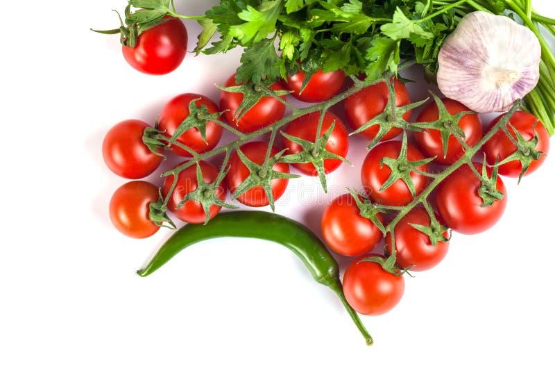 Pomidory, zieleni pieprze i inni warzywa na białym backgrou, obrazy stock
