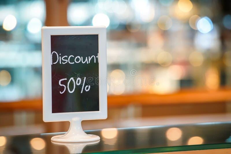 Pomija 50% na czarny deskowy standy w piekarnia sklepie Piękny Rozmyty i bokeh tło zdjęcia stock