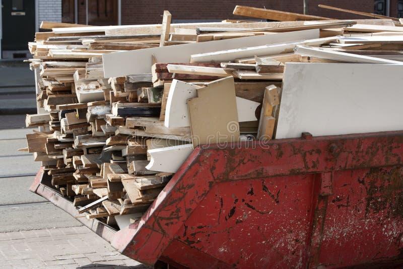 Download Pominięcie ładujący Z Starym Drewnem Zdjęcie Stock - Obraz złożonej z gruz, stos: 53782620