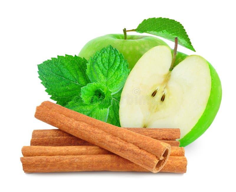 pomme avec la menthe et la cannelle image stock