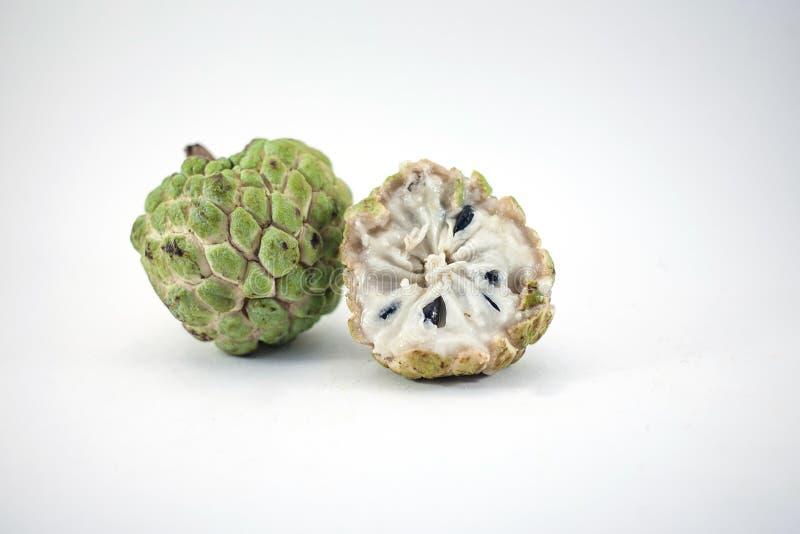 Pomme cannelle ou corossol avec la tranche sur le fond blanc photographie stock libre de droits