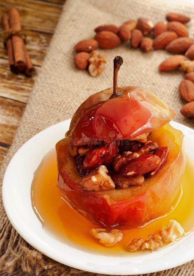 Pomme cuite au four avec des noix image libre de droits