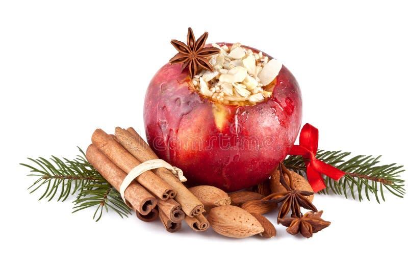 Pomme cuite au four avec le branchement de sapin sur le blanc photos libres de droits