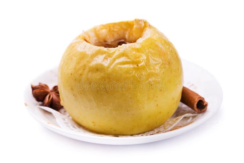 Pomme cuite au four d'isolement sur un fond blanc photographie stock libre de droits