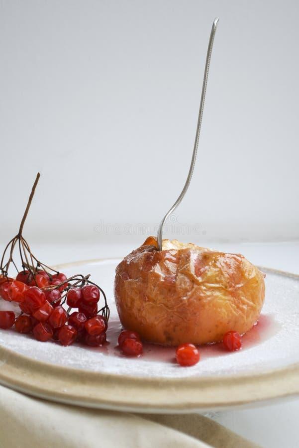 Pomme cuite au four du plat blanc photo stock