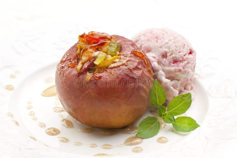 Pomme cuite au four sur le blanc image libre de droits
