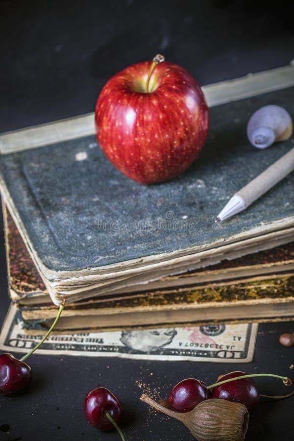 pomme de coquille de stylo de cerise d'argent de livre photographie stock