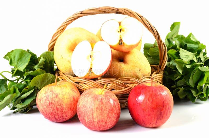 Pomme de goyave dans le panier sur le fond blanc image libre de droits