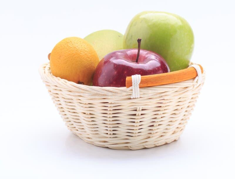 Pomme de mangue de citron dans le panier d'isolement sur le fond blanc image libre de droits