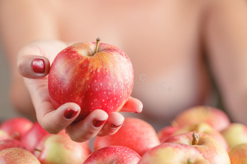 Download Pomme De Rouge D'offre De Femme Photo stock - Image du nature, caucasien: 77155596