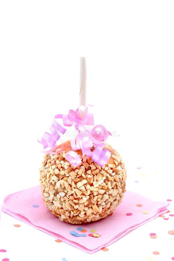 Pomme de sucrerie de caramel avec des arachides images libres de droits