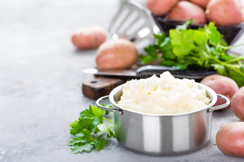 Pomme de terre écrasé, de mâche avec du beurre et lait Purée de pommes de terre photo stock