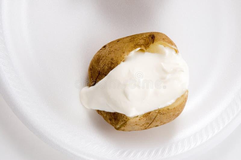 Pomme de terre cuite au four avec de la crème aigre photos stock