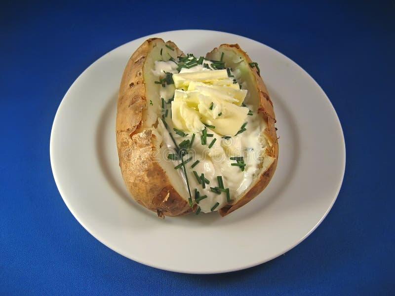 Pomme de terre cuite au four avec de la crème aigre et la ciboulette 2 image libre de droits