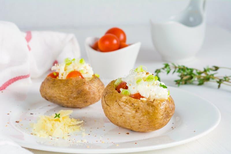 Pomme de terre cuite au four avec du fromage, le lard et la crème sure photo stock